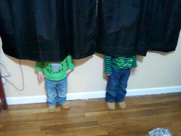 Bambini divertenti nascondino