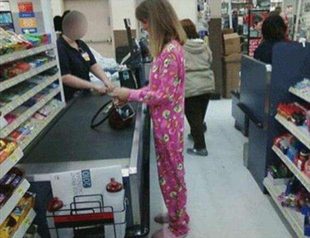 in pigiama al supermercato