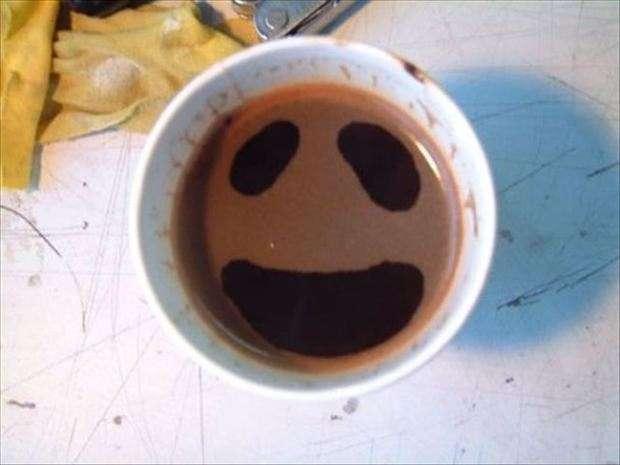 faccia che sorride nella tazzina del caffè