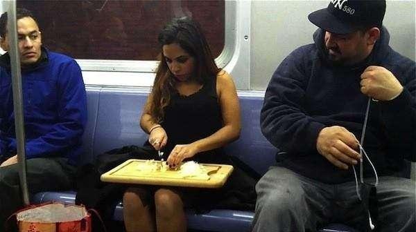 taglia le cipolle in metropolitana