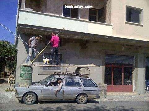 pazzi a lavoro senza sicurezza sulla macchina