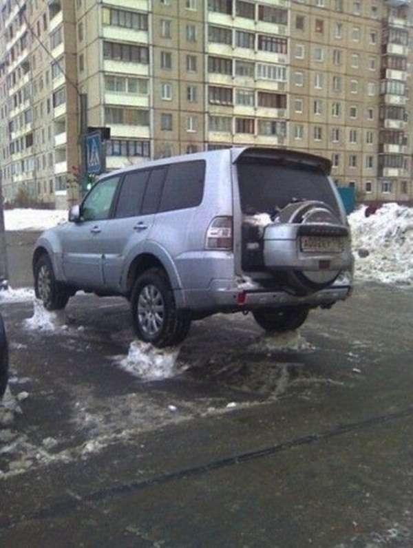 Immagini incredibili nel parcheggio