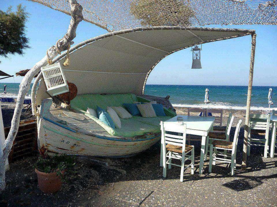 barca trasformata in un lussuoso divanetto da spiaggia