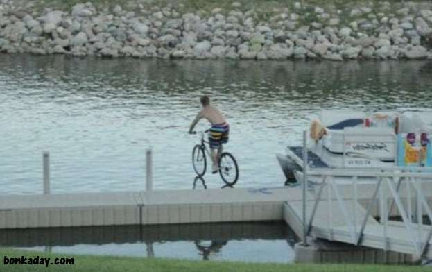 cascare in acqua in bici