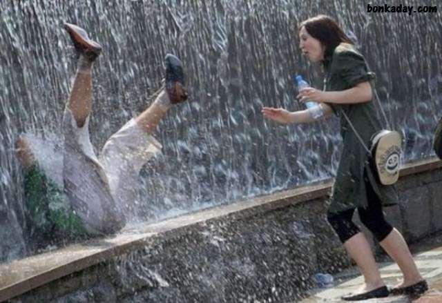 donna mentre casca dentro la fontana