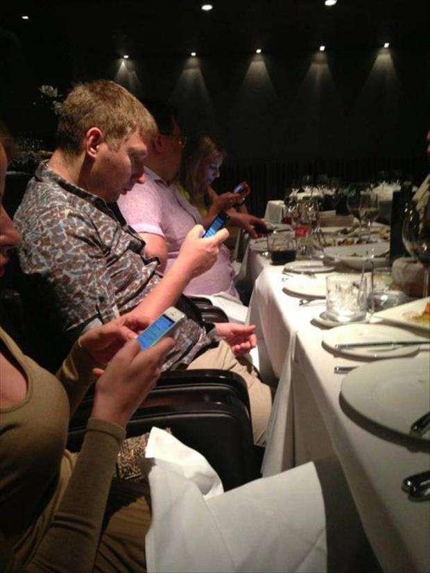 il telefonino a tavola