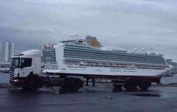 Sovrapposizioni divertenti un camion sembra che trasporti una nave che in realtà è nel mare