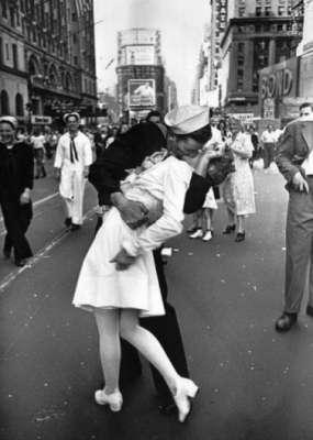 Il bacio al marinaio che ha fatto la storia. 1945
