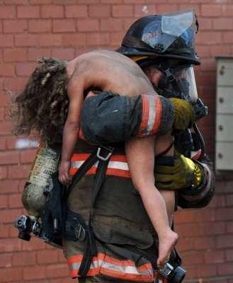 Il Capitano Donald Spindler strappa dalle fiamme una bambina di 6 anni Indiana