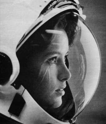 Anna Fisher, astronauta, con le stelle negli occhi sulla copertina della rivista Life del 1985. Fu la prima mamma nello spazio