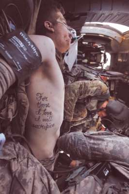 """""""Per coloro che amo mi sacrificherò"""" Le parole del tatuaggio del soldato ferito, Kyle Hockenberry."""