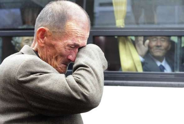 Un anziano Nordcoreano saluta il proprio fratello Sudcoreano dopo una ricongiunzione familiare concessa temporaneamente