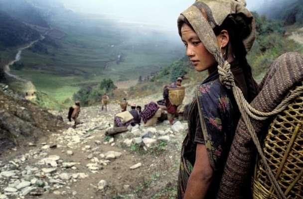 Bruno Morandi fotografa una donna della tribù Chhetri in Nepal. [2009]