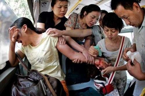 Delle persone su un autobus fermano una donna che stava tentando il suicidio in Cina.
