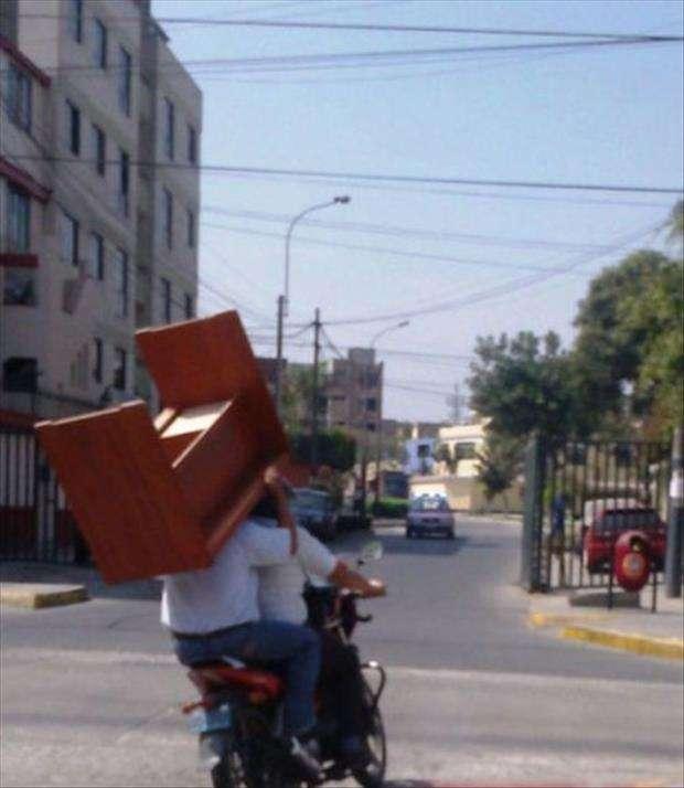 Trasportare un tavolo in motorino