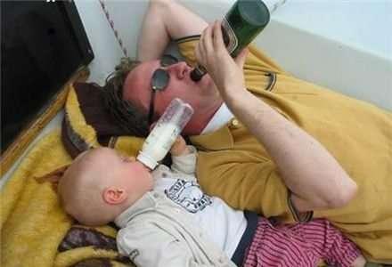 Uomo con birra e bimbo con latte
