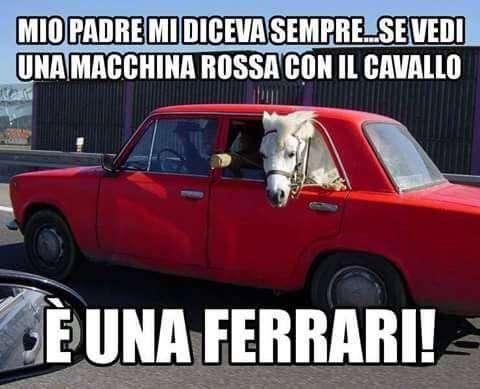 Macchina rossa con un cavallo