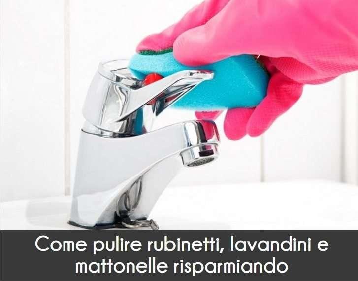 Rubinetti e lavandino puliti
