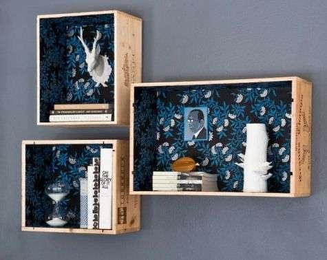 Mensole con casse in legno