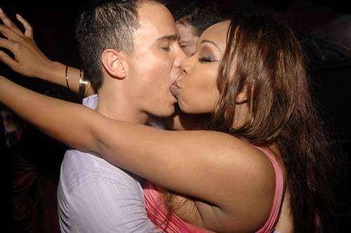 Stani baci in discoteca