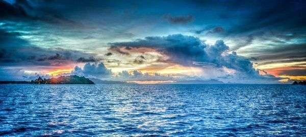 Il mare la mattina all'alba in Alta definizione