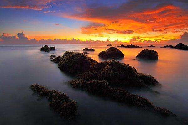Tramonto con bellissimi colori al mare HD