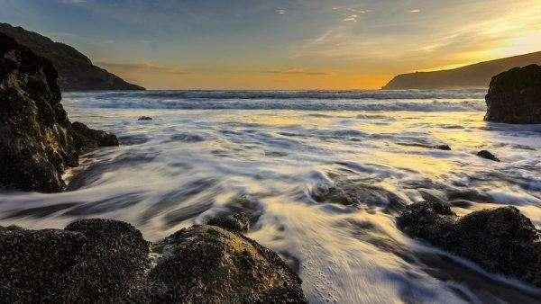 Schiuma delle onde e scogli