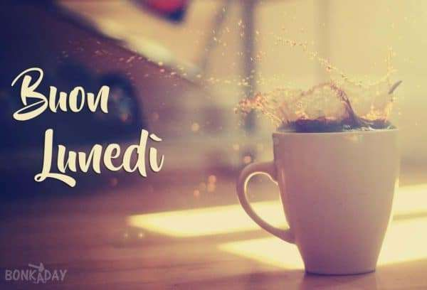 Felice lunedì con tazza di caffè calda
