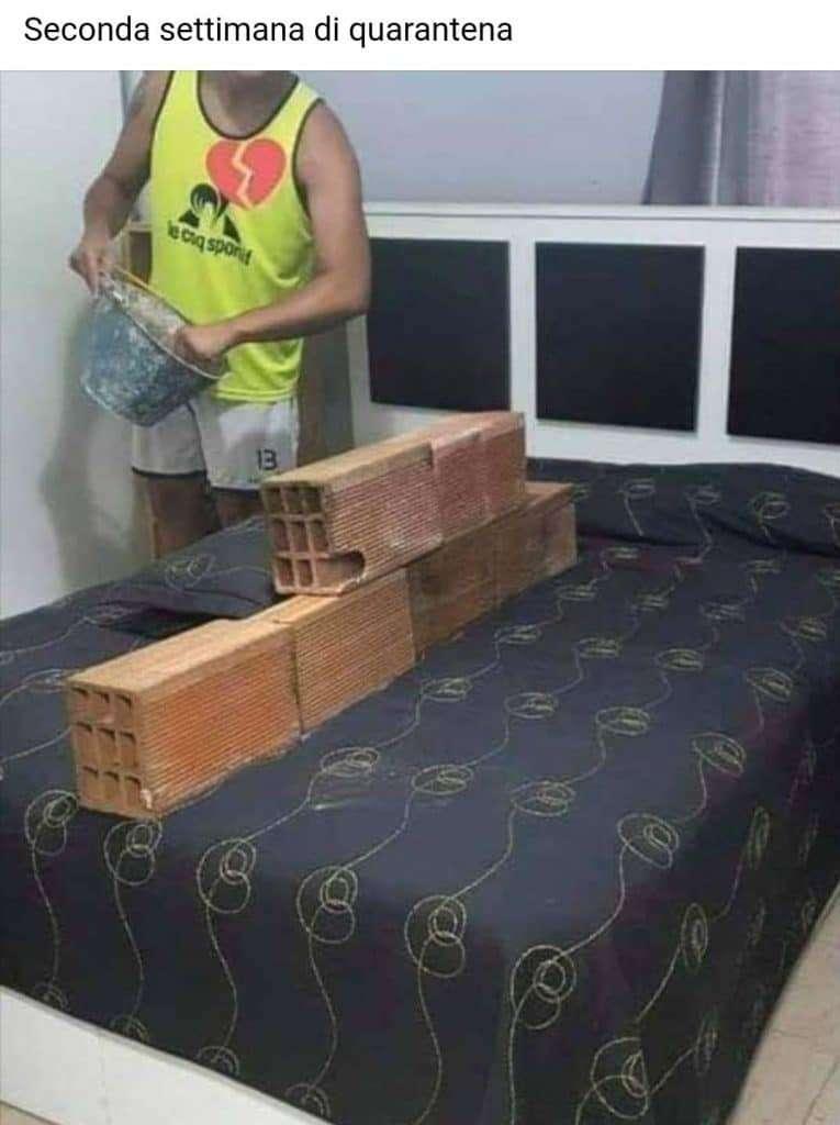 Seconda settimana di quarantena - marito costruisce il muro per dividersi dalla moglie